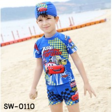SW0110 ชุดว่ายน้ำเด็กผู้ชาย แบบเสื้อแขนสั้น กางเกงขาสั้นเอวรูด พร้อมหมวก ลายคาร์สีน้ำเงิน (3ชิ้น) S.100